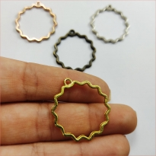 Yuvarlak Tırtıklı Kulpu Reçine Metal Kolye Ucu